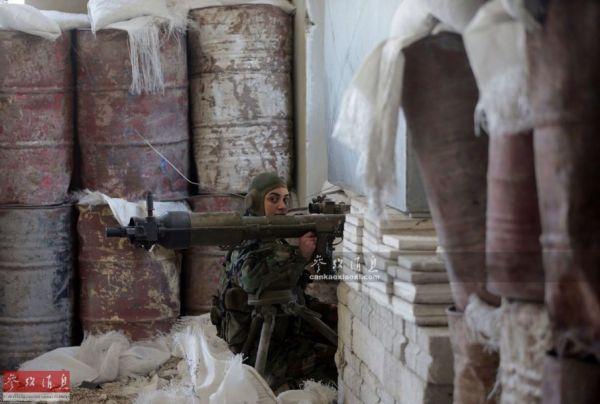 资料图:使用俄制82毫米B-10无后坐力炮的叙政府军女兵。