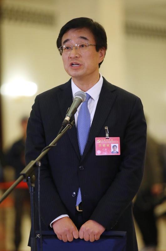 10月24日,中国共产党第十九次全国代表大会闭幕会在北京人民大会堂举行。这是闭幕会后,王辰代表接受采访。新华社 图