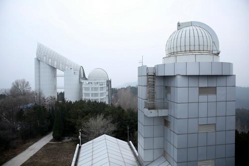 资料图片:兴隆观测基地的LAMOST望远镜(图左,又称郭守敬望远镜)。新华社记者 金立旺 摄