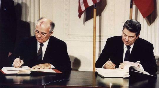 1987年,里根和戈尔巴乔夫在白宫东厅签署《中程导弹条约》。