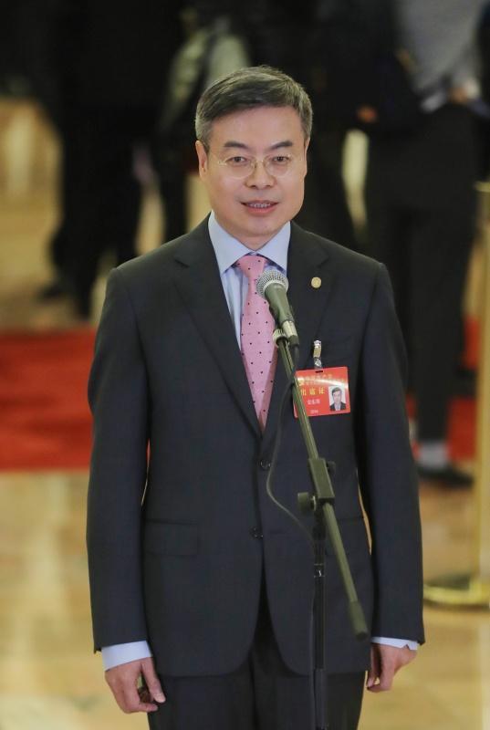 10月24日,中国共产党第十九次全国代表大会闭幕会在北京人民大会堂举行。这是闭幕会后,金东寒代表接受采访。新华社 图