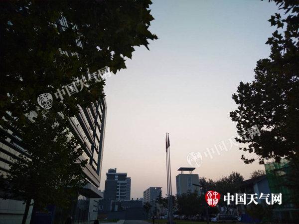 10月24日7时许,北京有雾,能见度不佳。