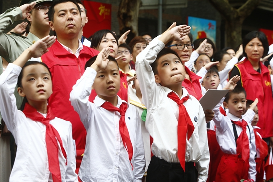 """上海升旗仪式""""社会化""""点燃青少年爱国热情"""