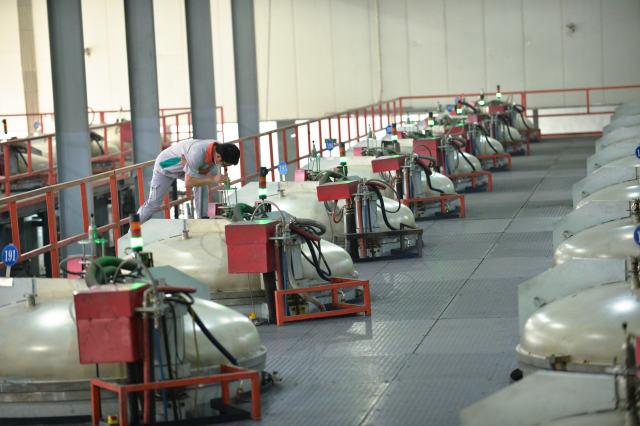 6月2日,位于嘉善的一家能源公司的员工通过高温计窗口视察多晶铸锭炉运行情形。新华社记者 翁忻旸 摄