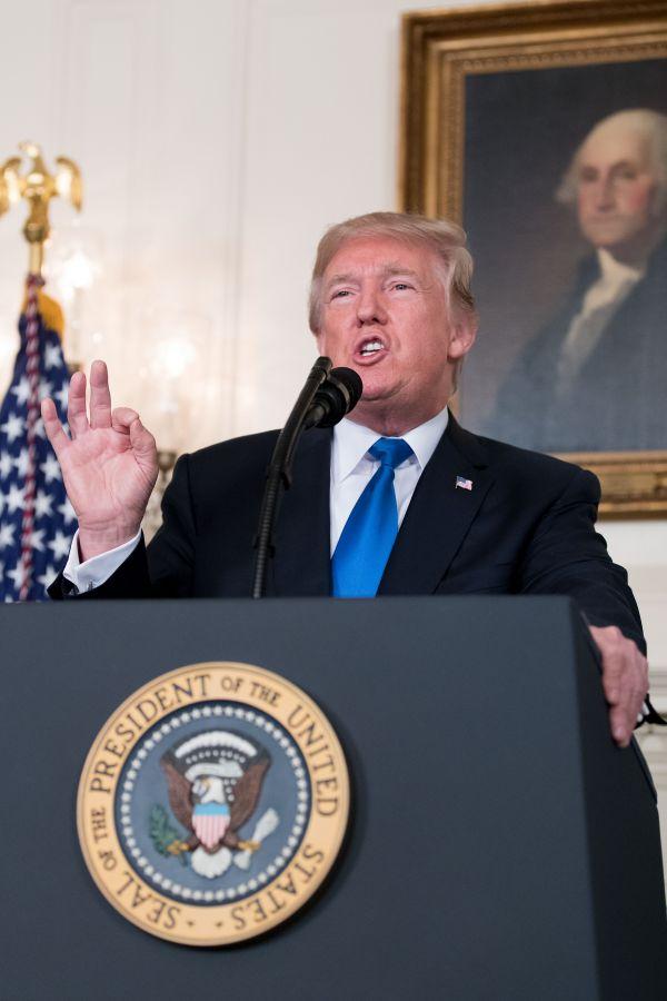 10月13日,美国总统特朗普在华盛顿白宫发表讲话。美国总统特朗普13日说,他拒绝向国会证实伊朗遵守伊核协议。