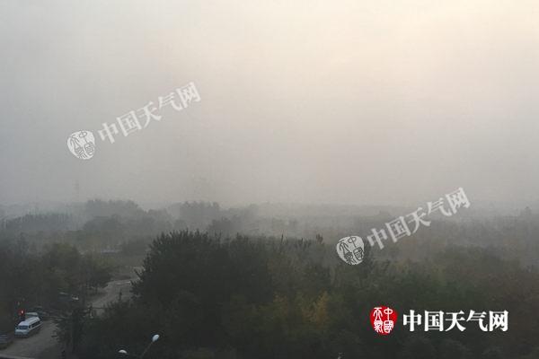 明天凌晨7时阁下,北京顺义天竺地域年夜雾洋溢,视线昏黄。