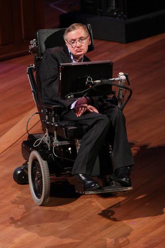 资料图片:2010年6月2日,著名物理学家斯蒂芬·霍金在美国纽约举行的世界科学节开幕式上发表讲话。新华社发