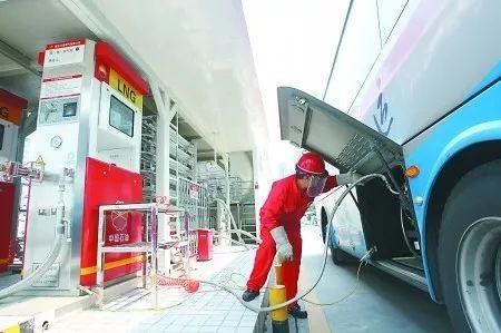 ▲工作人员在加气站为车辆加气。