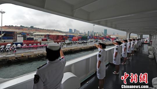 中国水师宁静方舟医院船徐徐驶离安哥拉罗安达港时,医护职员与前来送行的人群挥手离别。 山河 摄