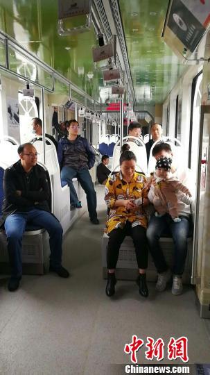 图为中车唐山公司研制的天下首列商用型氢燃料混淆动力100%低地板现代有轨电车在河北唐山投入载客运营。 吴可超 摄