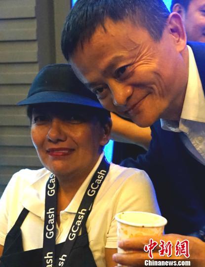 马云为菲律宾支付宝GCASH启动站台 体验扫码支付