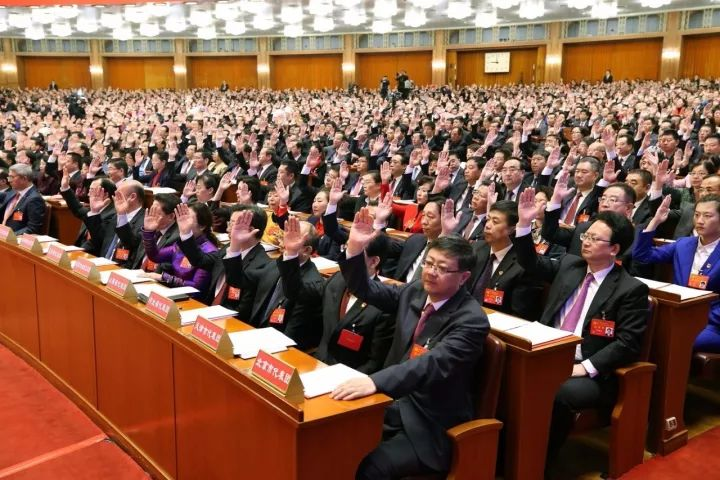 10月24日,中国共产党第十九次全国代表大会闭幕会在北京人民大会堂举行。这是代表举手表决。新华社记者 姚大伟 摄