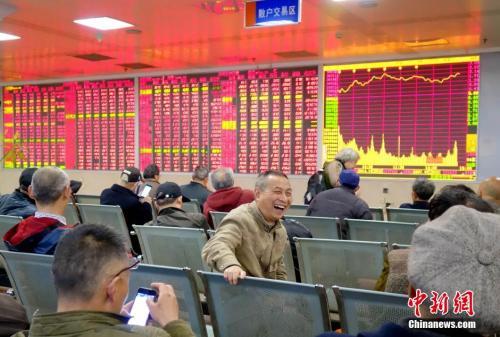 资料图:股市大涨一股民脸上露笑容。中新社记者 刘忠俊 摄