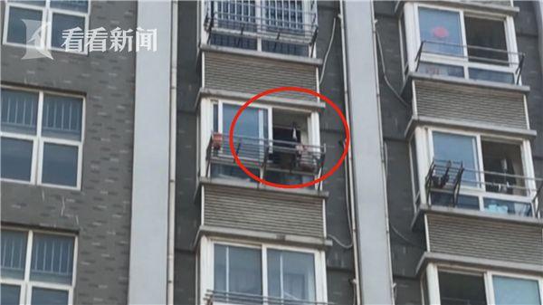 女子疑似想逃避抓捕 裸露下身爬上8楼窗外晾衣架