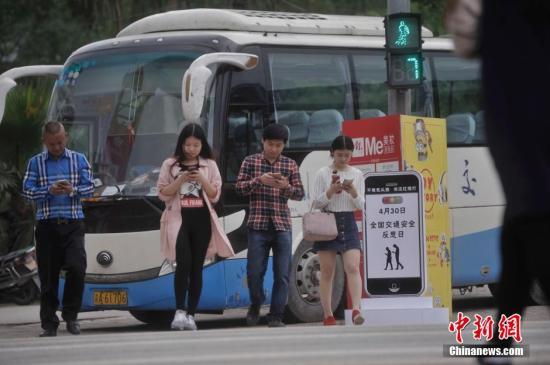 檀香山对马路玩手机者罚款 各国如何警告低头族?