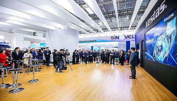 维斯塔斯推出为中国市场设计的新机型V120 2.0/2.2MW。维斯塔斯在此次展会上是推广力度最大的外资风机制造商。摄影:张楠