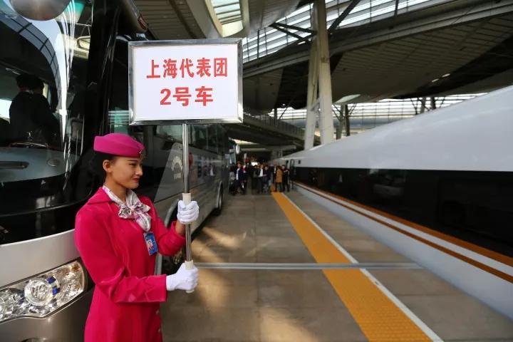 """▲2017年10月16日,上海市十九大代表乘坐""""复兴号""""高铁列车抵达北京南站。"""