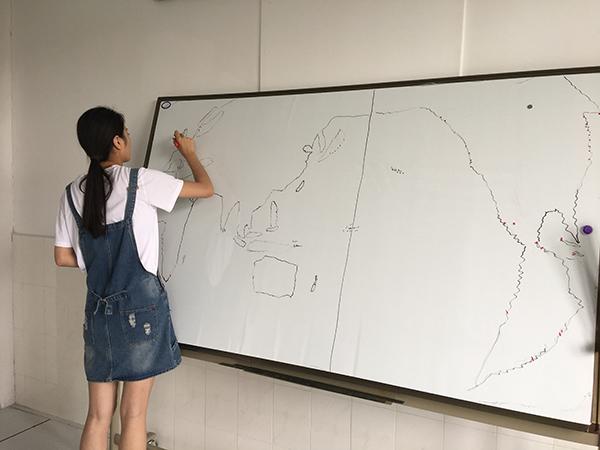 周思语在集训时训练盲画世界地图。