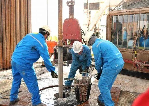 ▲资料图片:2015年8月14日,中国石化中原油田的员工在位于沙特阿拉伯沙漠腹地的一个石油钻井平台上作业。(新华社)
