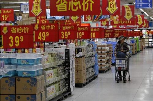 资料图:2015年10月,一名女子在北京一家超市购物。(路透社)