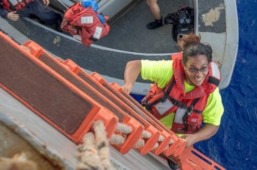 费亚瓦爬上海军船。图片来源:美国海军