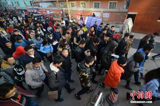 资料图:2016年11月27日,山西太原,参加2017年中国国家公务员考试的考生们陆续进入考场。 中新社记者 韦亮 摄