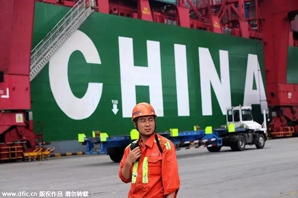 2015年7月1日,山东省装卸工人在山东青岛。(来源中国日报)
