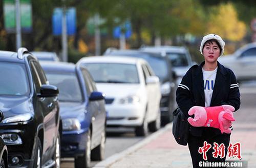 10月23日,辽宁沈阳,市民带着暖手宝在寒冷的天气出行。 中新社记者 于海洋 摄