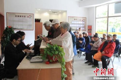 资料图:在河北燕郊燕达金色年华健康养护中心入驻的京籍老人在河北使用养老助残卡。 宋敏涛 摄