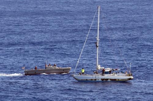 图为阿佩尔和费亚瓦获救的场景。图片来源:美国海军