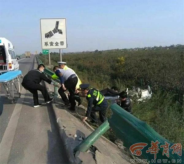 小车冲出高速路护栏翻车夫妻被困 众人联手施救