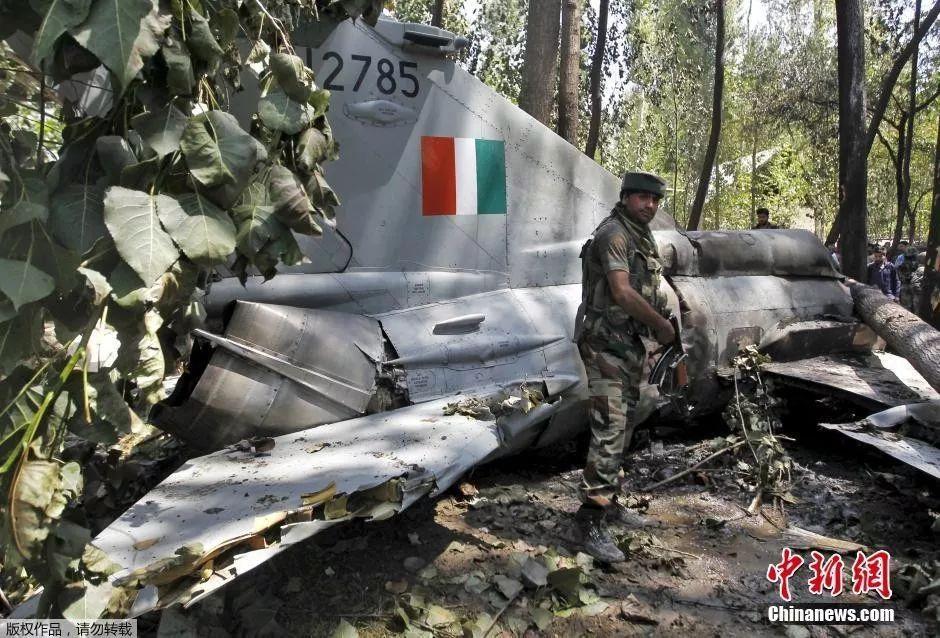 ▲资料图片:2015年8月24日,印度空军一架米格-21战斗机坠毁,两名飞行员成功弹射逃生。