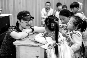 汪峰蔡国庆化身支教老师 从舞台到讲台背后是责任