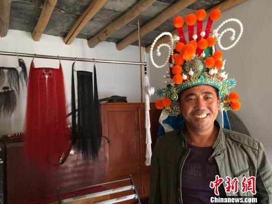 图为牛宗礼展示收藏的道具。 刘薛梅 摄