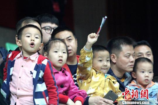 """爹""""带着宝宝们为自己喜爱的球队加油打气. 吕杨 摄-CBA新赛季首"""