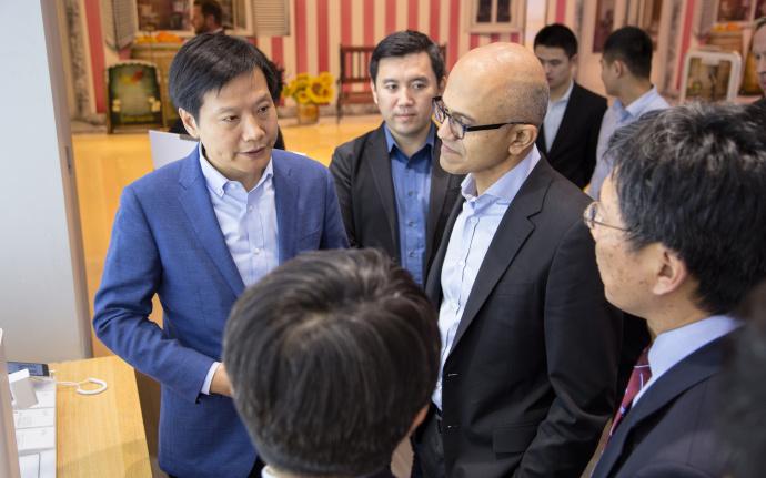 微软CEO纳德拉拜访小米之家 雷军陪同