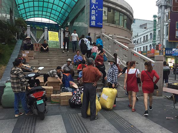 下午6时许,大量在东兴打工的越南人过关返回芒街家中。