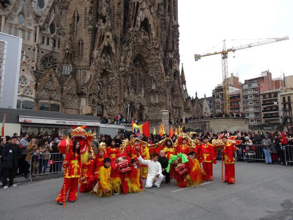 资料图:西班牙巴塞罗那当地华人进行舞狮表演,庆祝春节。新华社记者周喆摄