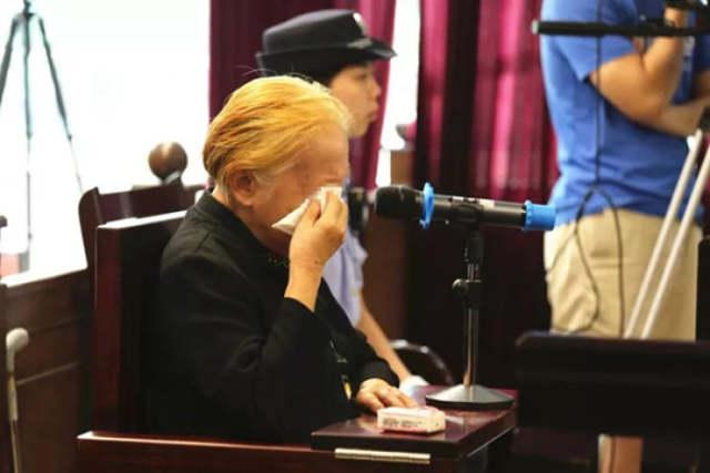 ↑被告人黄某某泪洒庭审现场。 本文图均为 广州市中级人民法院微信公众号 图