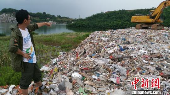 在被倾倒地,各色渣滓沉积成山。 材料图