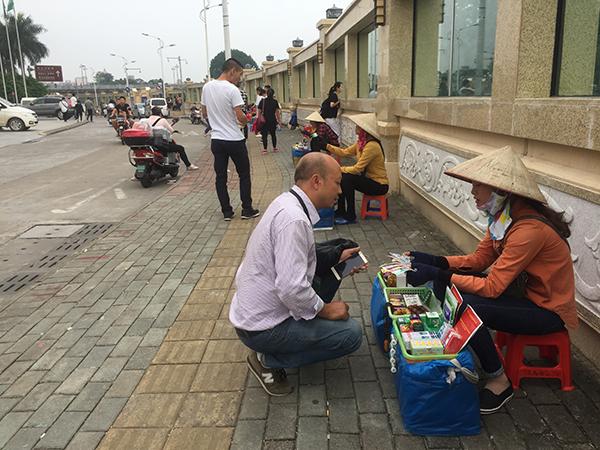 东兴口岸附近,有很多越南人卖烟、香水、手链、越南盾等商品,他们每日往返与芒街和东兴之间。