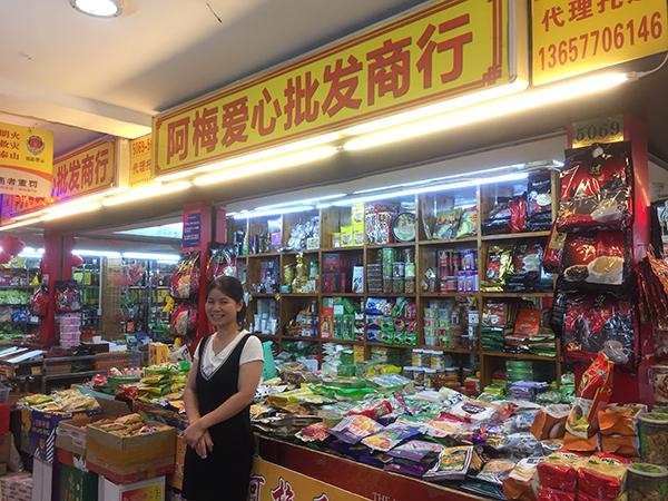 27岁的阿海在东兴当店员近3年,每月工资2000多远,她的老公也在东兴帮人卖红木。
