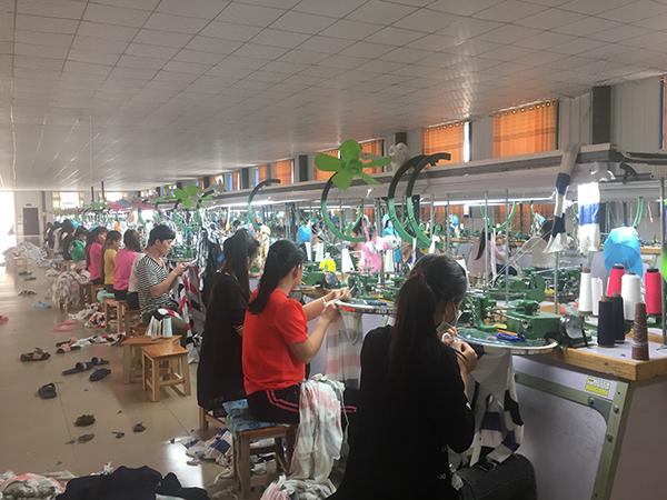 进厂打工的越南人,多来自越南中西部贫困地区,女性居多,不会说中文,其用工成本同比中国工人要低约1000元。