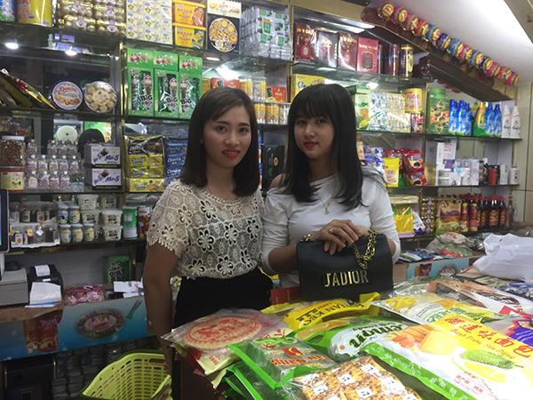 24岁的阿珍和21岁的郑茉莉都是跨国上班族,在东兴一家特产店当店员,每月休息2天,工资约2300元。 本文图片 澎湃新闻记者 陈绪厚 图