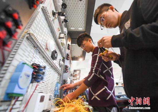 资料图:中职学校学生正在参加计算机技能大赛。武俊杰 摄