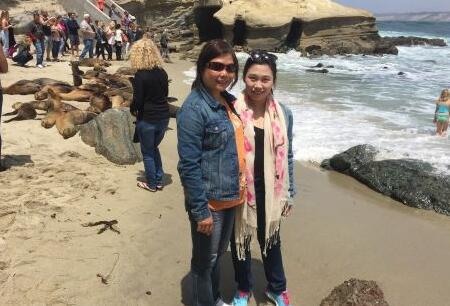 陈轶婧与母亲。(来源:侨报网)
