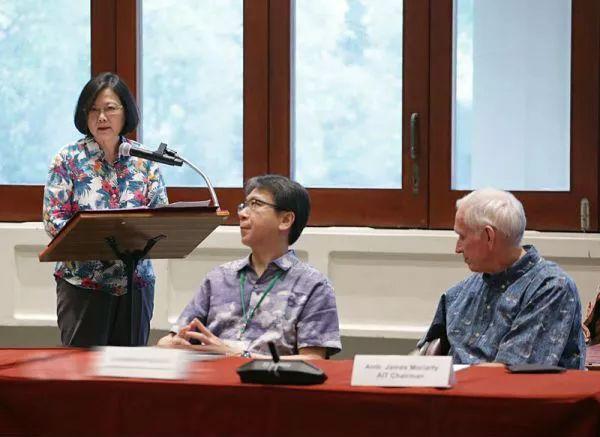 ▲10月28日,蔡英文在夏威夷与美国在台协会主席莫健(右一)一同出席活动。
