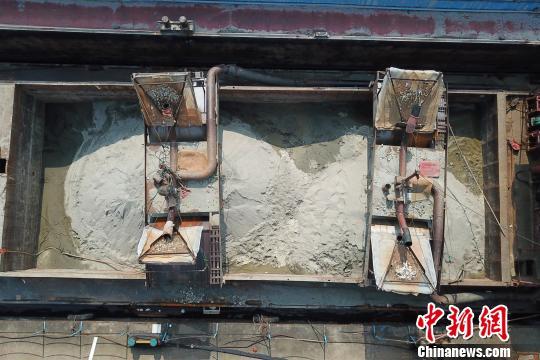 李某的船上装满了非法采来的砂矿 周星亮 摄