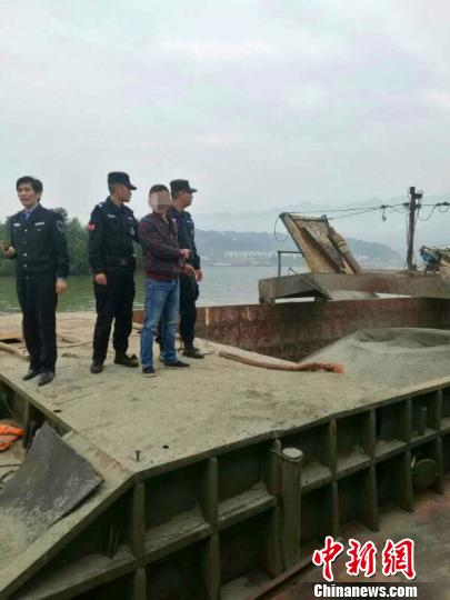 警方带领犯罪嫌疑人指认现场 傅武第 摄