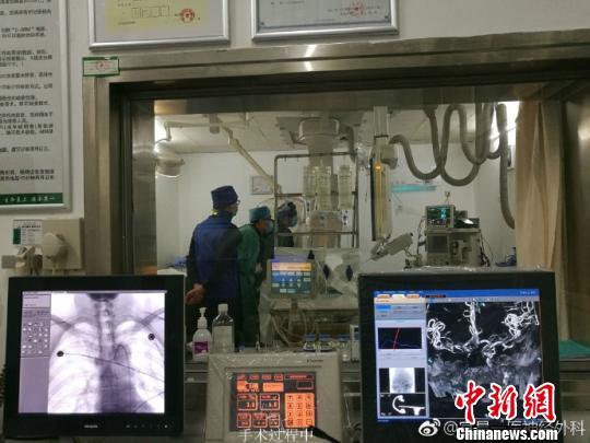 刘先生正在医院进行手术 杨添龙 摄